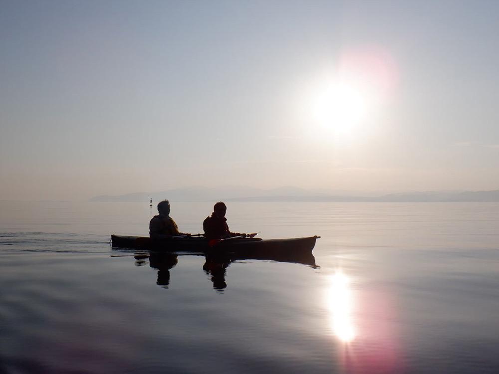 夕陽に照らされた湖面がまるでガラスみたい